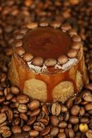 leckerer Schokoladenkuchen auf Kaffeebohnenhintergrund foto
