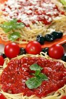 Spaghetti mit Tomaten und Oliven foto