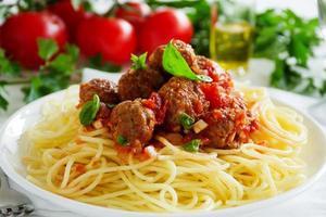 Nudeln mit Fleischbällchen in Tomatensauce.
