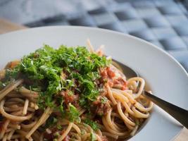 Pasta Puttanesca - Seitenansicht foto