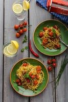 hausgemachte Grießspaghetti mit Kirsche foto