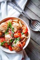 Nudeln mit Fleischbällchen auf rustikalem Hintergrund foto