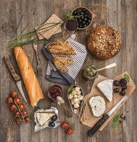 französische Snacks auf einem hölzernen Hintergrund foto