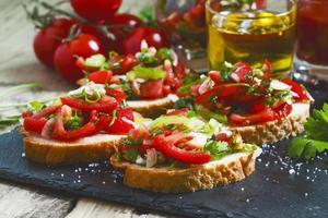 italienische Bruschetta mit Tomaten, Zwiebeln und Paprika foto