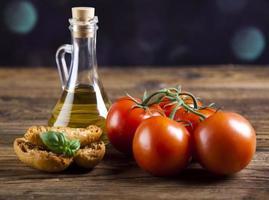 frisches Olivenöl, Baguette, Oliven foto