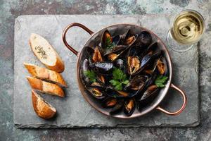 Muscheln und französisches Baguette mit Kräutern foto