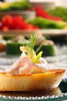 frisches Snack-Sandwich mit Garnelen und Dill foto