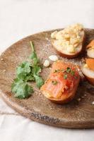Rührei mit Räucherlachs auf Baguette-Toast foto