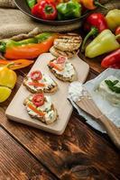 gesundes Baguette, Quark mit Gemüse und Kräutern bestreichen foto