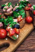 Bruschetta mit Gemüse und Fleisch foto