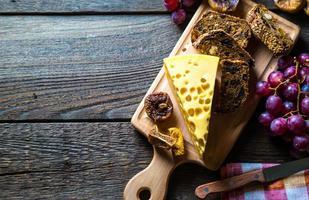 Käse mit Trauben und Feigen foto