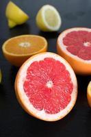 Zitrusfrüchte auf einer Schieferplatte. foto