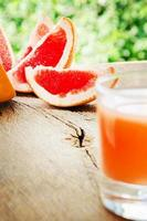 reife Grapefruit mit Saft auf Tischnahaufnahme. foto