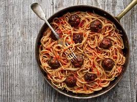 rustikale amerikanische italienische Fleischbällchen-Spaghetti foto