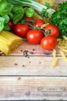 italienische Nudeln auf dem hölzernen Hintergrund foto
