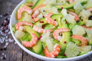 Salat mit Garnelen, Avocado und Grapefruit foto