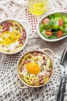 gebackene Pasta Spaghetti Carbonara mit Eigelb, Käse und Speck