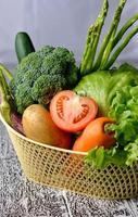 Gemüse lokalisiert auf einem hölzernen Hintergrund