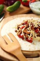 Tortilla mit Hühnchen und Paprika machen. Serie.