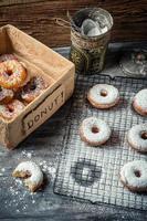 Verkostung süßer Donuts mit Puderzucker foto