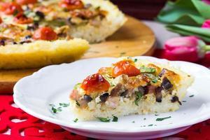 French Pie Quiche mit Tomaten, Schinken, Ei, Käse, leckerem Gericht