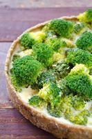 hausgemachte Quiche mit Brokkoli und Käse foto