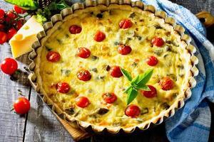 Kuchen mit Auberginen und Gemüse, Shortbread-Teig und Ei-Filli foto