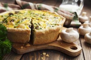 Kuchen mit Pilzen, Huhn und Kräutern foto