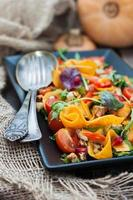 Salat mit mariniertem Kürbis, Salat und Kirschtomaten foto