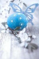 blaues Osterei, Schmetterling und Blumen foto