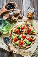 Nahaufnahme der frisch gebackenen Pizza mit Käse und Basilikum foto