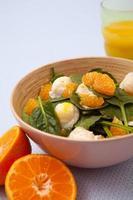 Salat mit Mandarinen und pochierten Wachteleiern foto