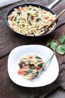 Nudeln mit Spinat und Tomate foto