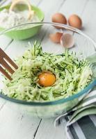 Zutaten für Zucchini-Pfannkuchen foto