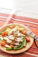 frischer Salat mit Fleisch und Tomaten foto