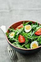 Salat mit Rucola, Spinat, Tomaten und Eiern foto