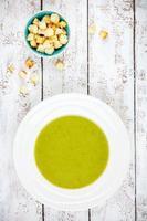 hausgemachte Sahnesuppe mit Brokkoli und Croutons