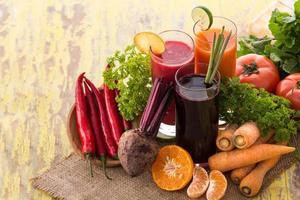 Saft aus Karotten, Rüben und rotem Chili mischen foto