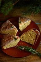 Zitronenkuchen mit Rosmarin und Limettenglasur foto