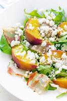 Salat mit Pfirsichen, Speck; Rucola, Spinat und Ziegenkäse foto