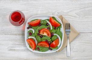 frischer Salat und Wein foto
