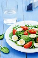 Salat mit Rucola, Spinat, Tomaten und Eiern. foto
