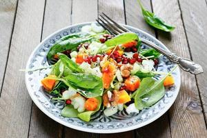 Salat mit Sellerie und Kürbis, Spinat foto