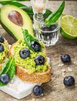 Sandwiches mit Avocado, Blaubeeren und Spinat foto