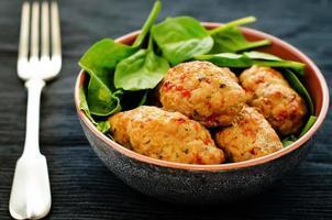 gebackene Fleischbällchen mit Pfeffer und Spinat