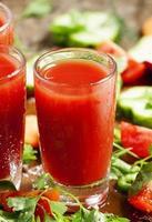 frischer roter Gemüsecocktail mit Gemüse und Gewürzen dekoriert foto