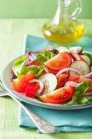 gesunder Tomatensalat mit Zwiebel-Gurken-Pfeffer foto