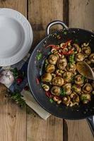 frischer Pilzsalat mit Chili und Kräutern foto