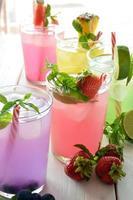 Mojito-Cocktail mit verschiedenen tropischen Aromen foto