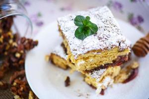 süßer Honigkuchen mit Nüssen foto